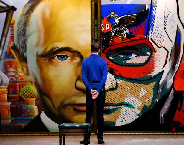 """Cuadro de Putin en una exhibición en el UMAM, el """"Museo de Arte Ultra Moderno"""" de Moscú."""