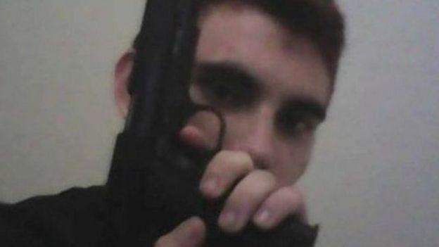 Nikolas Cruz segurando uma pistola
