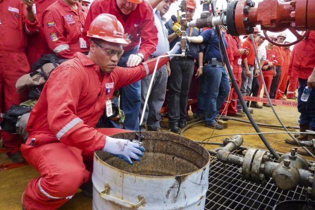 Un técnico toma una muestra de crudo obtenido por la estatal PDVSA en Morichal, Venezuela, el 28 de julio de 2011.