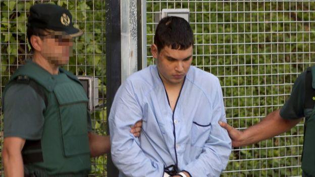 Houli, custodiado por dos guardias civiles, de camino al juzgado para declarar