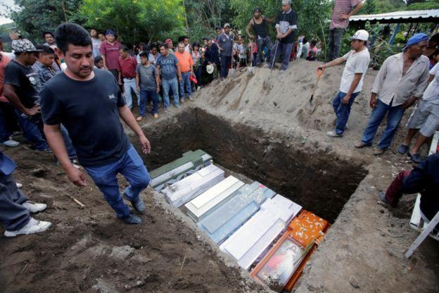 Entierro masivo por la muerte de la familia en Atzala.