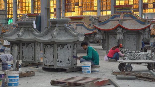 專業化分工的員工們正在造廟。