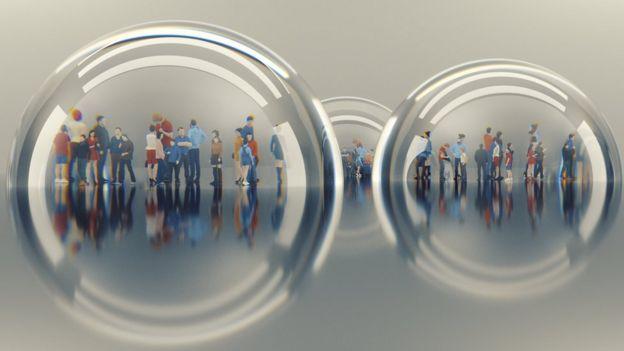 pessoas em bolhas