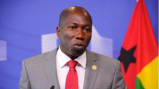 En Guinée-Bissau, le président de la République peut dissoudre le gouvernement, mettre en place une nouvelle équipe pour conduire la gestion du pays et organiser des élections législatives dans les 90 jours qui suivent, selon la Constitution.