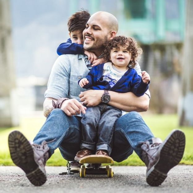Familia jugando en el exterior
