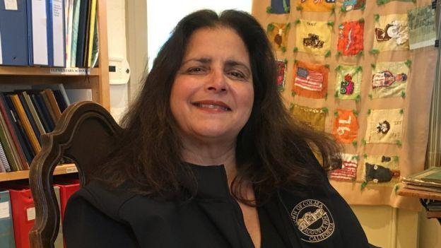Helen Fisicaro, alcaldesa de Colma