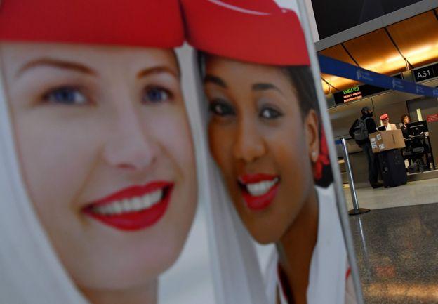 Cartel de la aerolínea Emirates en Aeropuerto Internacional de Los Ángeles (LAX), Estados Unidos.