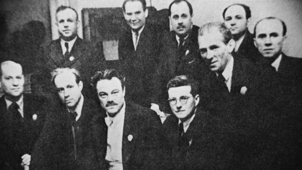 Музыканты и композитор после первого исполнения в Куйбышеве Седьмой симфонии Д.Д. Шостаковича