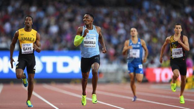 Makwala participando en los 400 metros planos