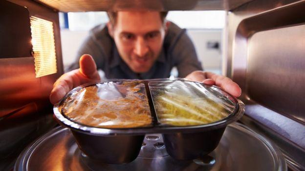 Las comidas preparadas son prácticas, pero tienen mucha sal, advierten los expertos.