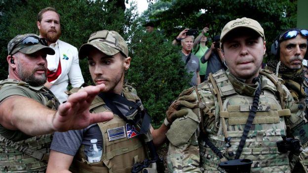 Algunos de los nacionalistas que se concentraron en la ciudad portaban vestimenta militar y armas.