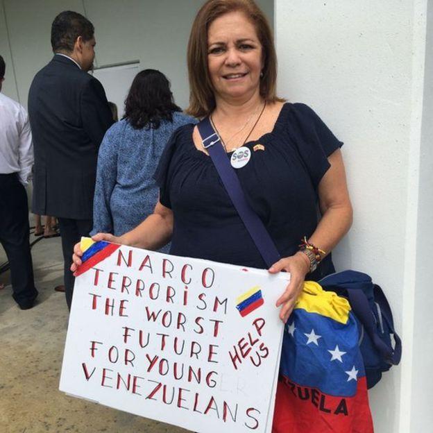 Una manifestante en el evento de Mike Pence en Miami