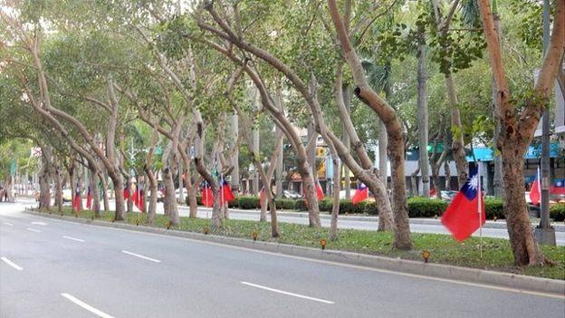 台北市的街頭也掛出了青天白日滿地紅,但是媒體報導說數量遠不如國民黨執政時期。