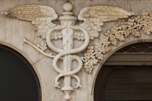 Un relieve en edificio de un caduceo.