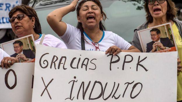 """Tres mujeres con una pancarta que dice """"Gracias PPK por el indulto""""."""