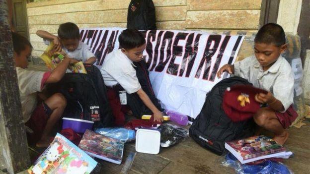 BIRO SETPERS ISTANA   Selain tas sekolah sebagaimana yang diminta oleh empat pelajar SD sebelumnya, presiden juga menyiapkan bantuan perlengkapan sekolah untuk setiap pelajar.