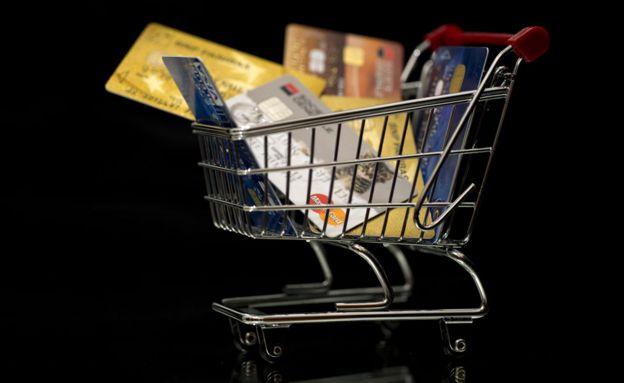 Carrinho de compras com cartões de crédito