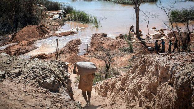 Mineros artesanales extrayendo cobalto de un río en la República Democrática del Congo.