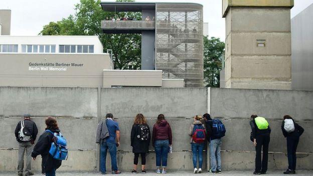 Bức tường Berlin đã bị kéo đổ hồi năm 1989