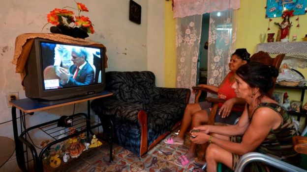 Dos mujeres observan por televisión en La Habana la sesión de la Asamblea Nacional.