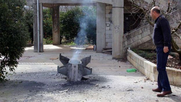 Restos de foguete na cidade libanesa de Kaoukaba