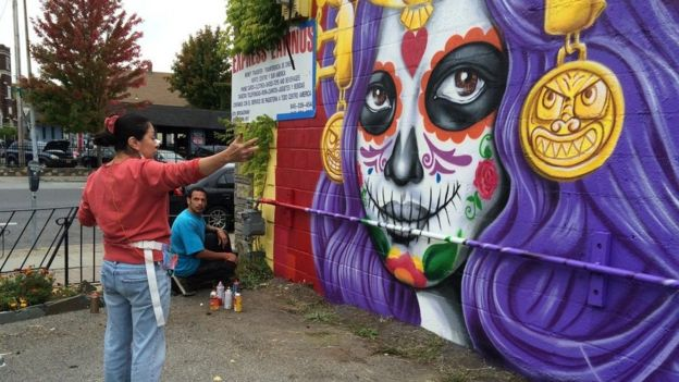 Sandra Fabara, conocida como Lady Pink, pinta un mural