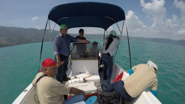 Equipo de investigación del Ministerio de Medio Ambiente de El Salvador toma muestras del agua del Lago de Coatepeque.