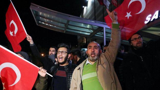 Manifestantes frente a la embajada de Estados Unidos en Ankara.