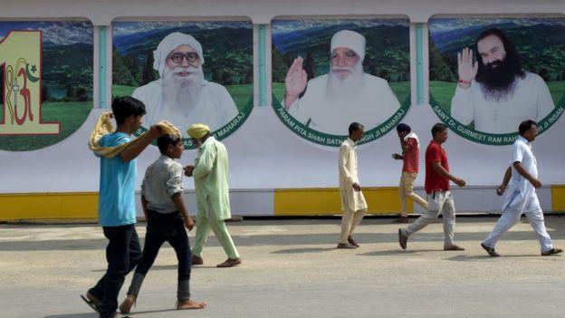 Hindistan sokaklarında dini liderlerin resimleri