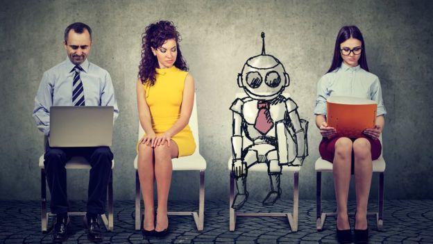 Robot entre quienes esperan a dar una entrevista laboral