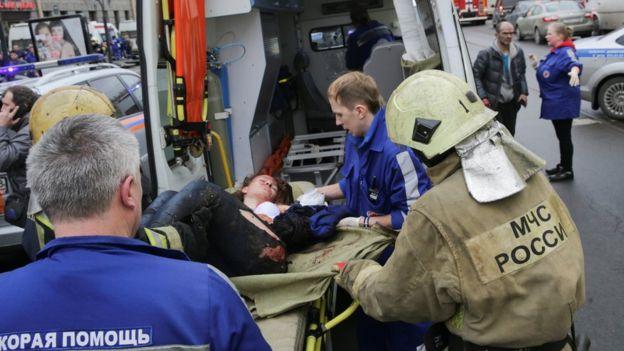 Servicios de emergencia asisten a las víctimas de la explosión