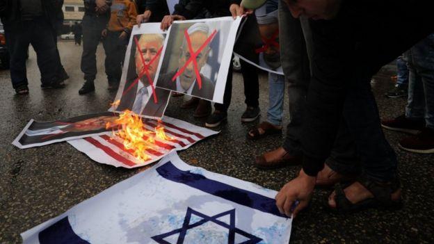 معترضان در غزه حتی پیش از اعلام رسمی تصمیم آقای ترامپ، تصویر او را در کنار تصویری از بنیامین نتانیاهو به آتش کشیدند