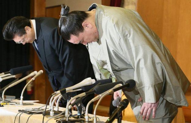 Harumafuji y su maestro del establo Isegahama.
