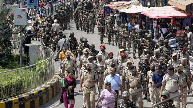 تعداد زیادی از نیروهای پلیس و سربازان هندی در شهر روهتاک در شمال هند مستقر شدهاند