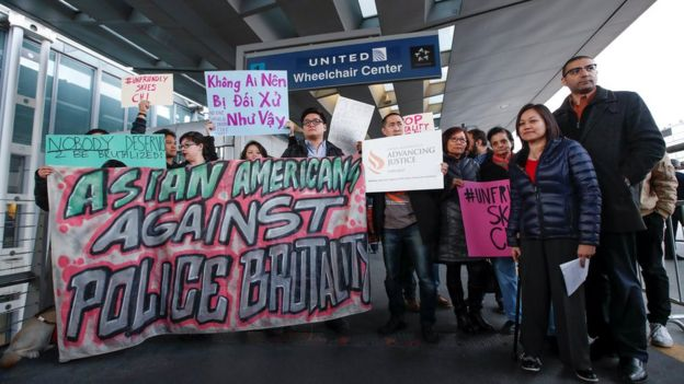 Biểu tình nhỏ tại sân bay O'Hare, Chicago, phản đối hãng hàng không United Airlines trong vụ hành hung ông David Dao.