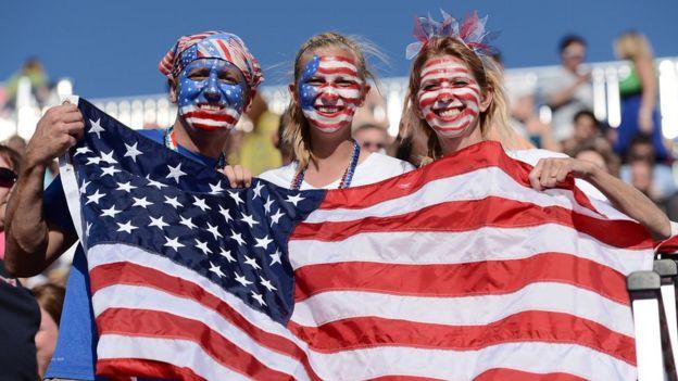 Estadounidenses con una bandera
