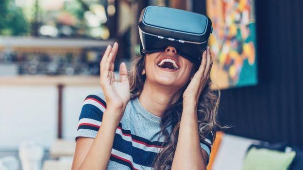 mujer experimentando realidad virtual
