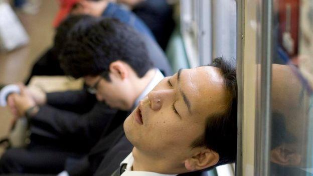 Japonês dorme no escritório