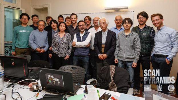 Đội ngũ các nhà khoa học quốc tế trong chương trình « Scan Pyramids ». Florence Trần, cô gái Pháp gốc Việt là phụ nữ duy nhất.