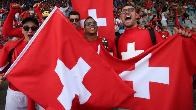 Fans con banderas de Suiza