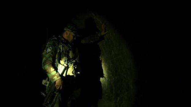 Soldado afegão mostra caverna usada por extremistas à BBC