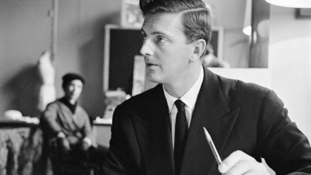 El diseñador francés Givenchy en su atelier en París en 1955.
