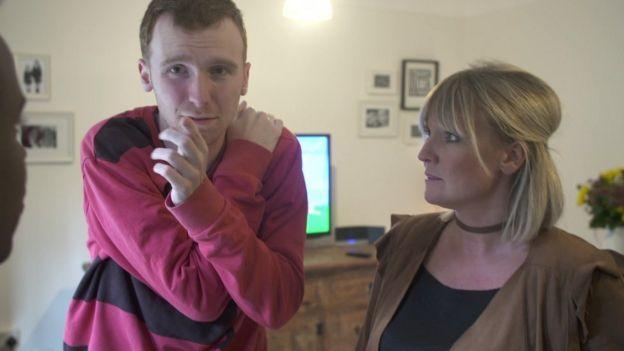 Cameron con su madre, Hannah.