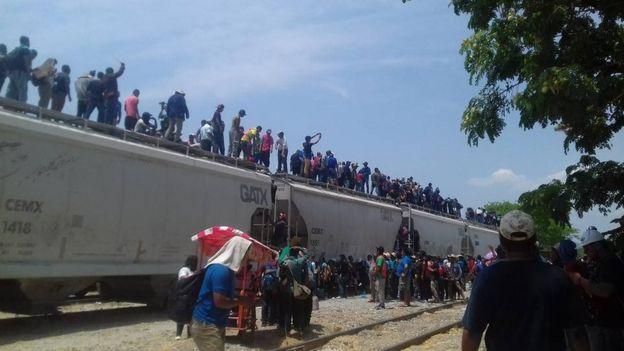 Migrantes abordan un tren de carga en México