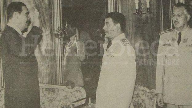 El expresidente guatemalteco Fernando Romeo Lucas García juramenta a su hermano Manuel Benedicto como Jefe del Estado Mayor del Ejército (Foto: Prensa Libre)