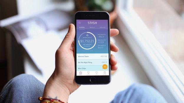 Una mano con un celular y la app