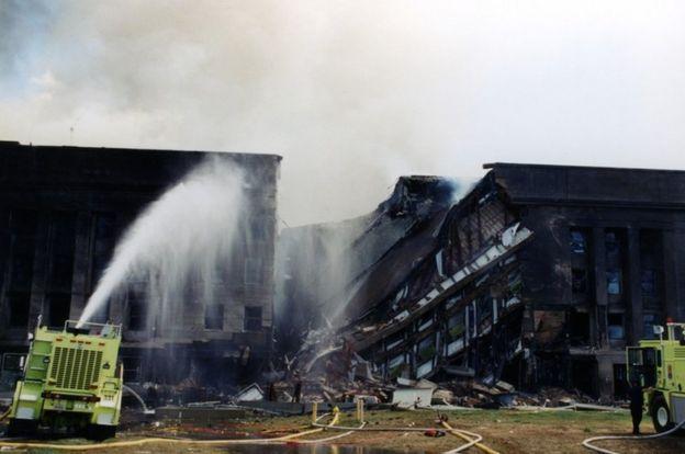 استخدمت خراطيم المياه المحمولة على عربات الاطفاء للسيطرة على الحريق