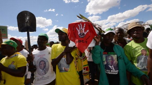 Supporters of Robert Mugabe's Zanu-PF party (04 August 2013)