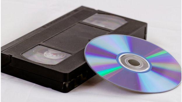 Un casette de VHS y un DVD