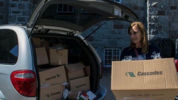 تتبرع الجمعية الخيرية بالطعام للمحتاجين